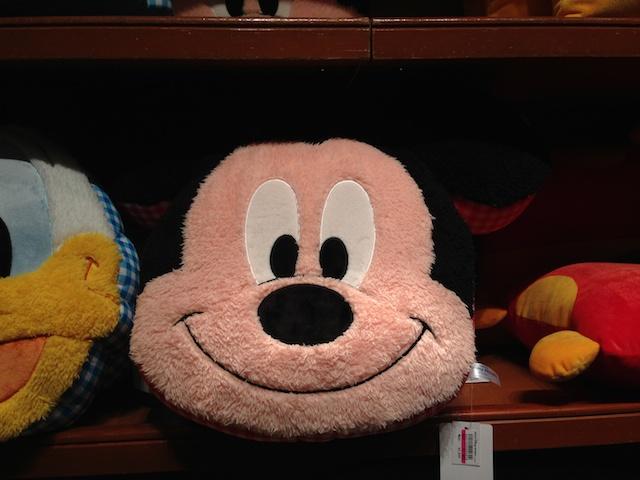 ミッキーの顔のかたちをしたクッションが2900円→1900円になっています