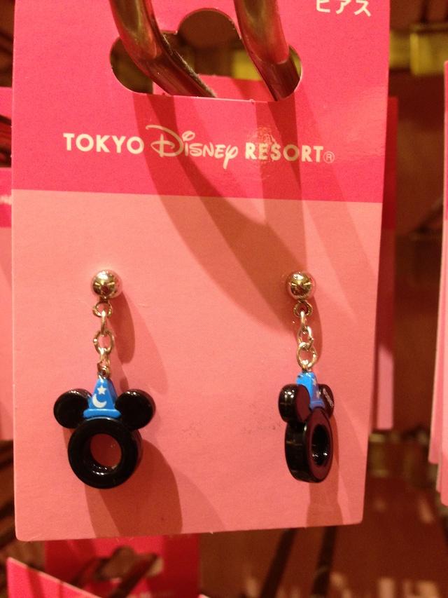 ミッキーなどのキャラクターたちをイメージしたピアスが1000円→500円になっています