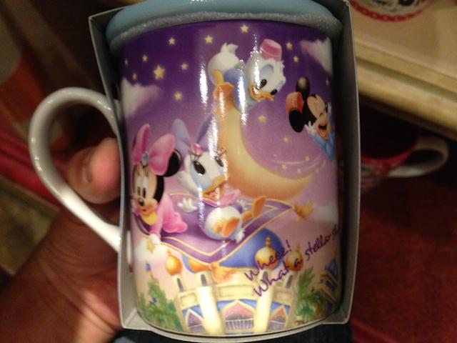 フライングカーペットに乗ったベビーミッキーとミニーちゃん、ドナルド、デイジーの蓋付きマグカップが1500円→800円になっています