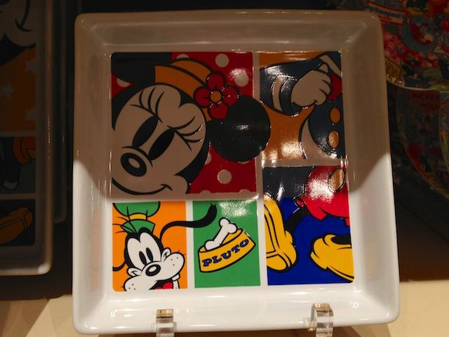 ミニーちゃんとドナルド、グーフィーが描かれた四角いお皿が1300円→700円になっています