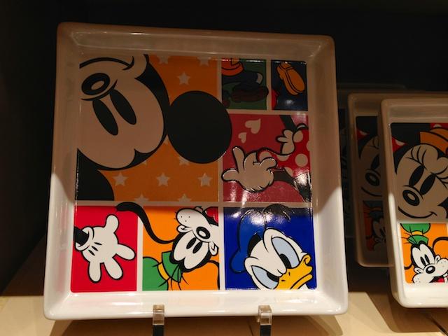 ミッキーとドナルド、グーフィーが描かれた四角いお皿が1600円→800円になっています