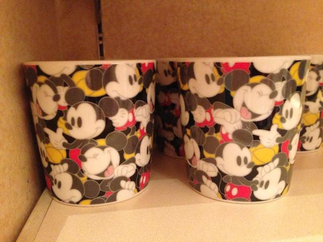 ミッキーの総柄のカップが950円→500円になっています