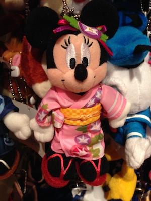 浴衣を着たミッキーとミニーちゃんのヌイグルミバッジセットが2300円→1600円になっています