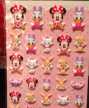 ミニーちゃんやデイジー、プーさん、ミッキーシェイプのお菓子のシールが450円→250円になっています