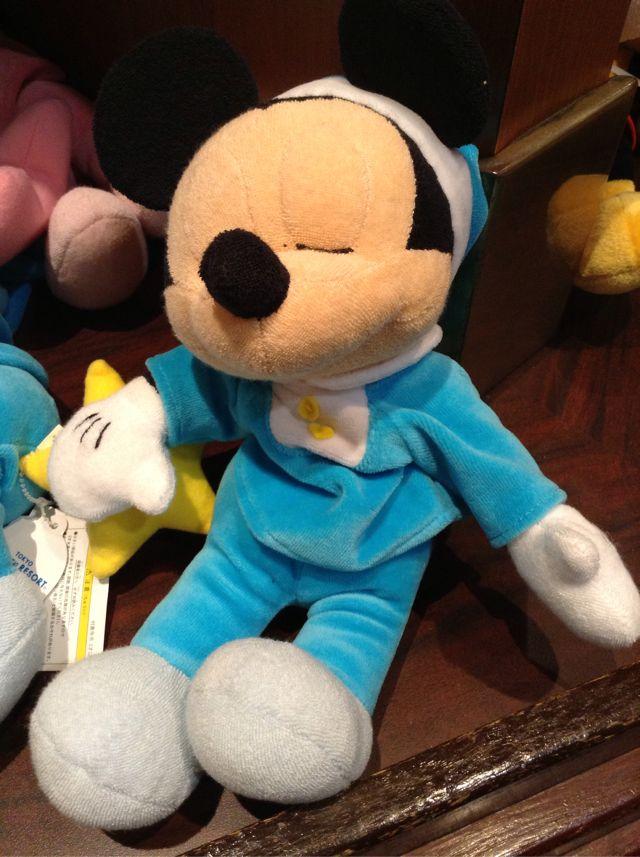 パジャマ姿で寝ているミッキーのぬいぐるみが2300円→1500円になっています