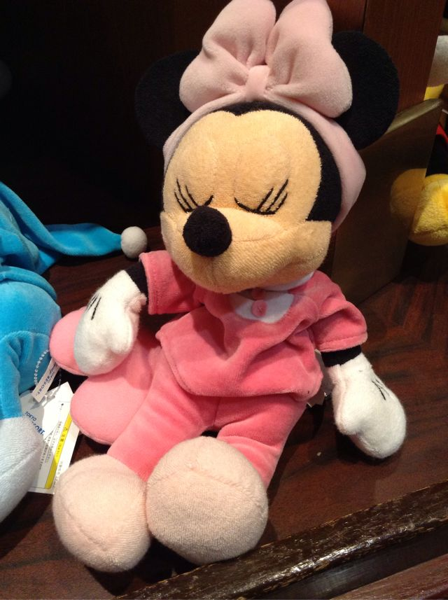 パジャマ姿で寝ているミニーちゃんのぬいぐるみが2300円→1500円になっています